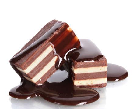 galleta de chocolate: dulces de chocolate se vierte el chocolate aislado en blanco Foto de archivo