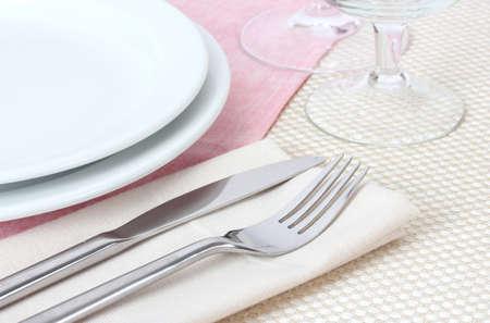 Tabelle Einstellung mit Gabel, Messer, Teller, Serviette und Standard-Bild