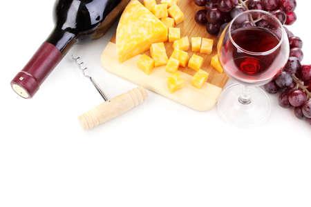 tabla de queso: Botella de vino con una gran copa de vino y queso aislado en blanco