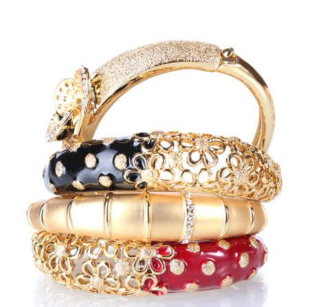 Mooie gouden armbanden op wit wordt geïsoleerd
