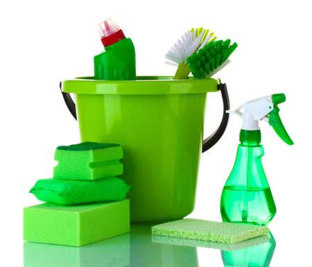 schoonmaakartikelen: reinigingsproducten geïsoleerd op wit