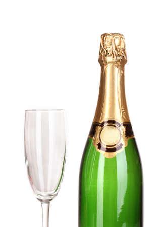 Fles champagne en beker op wit wordt geïsoleerd Stockfoto