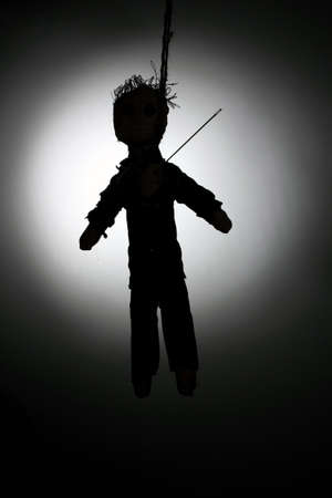 impiccata: Bambola voodoo Impiccato boy-sposo su sfondo grigio