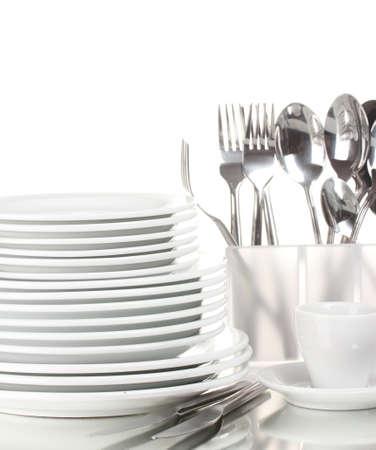 Nettoyer les plaques et ustensiles isolé sur blanc