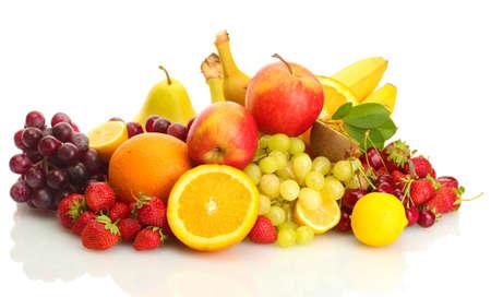 exotische vruchten en bessen op wit wordt geïsoleerd