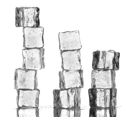 cubetti di ghiaccio: Cubetti di ghiaccio di fusione isolato su bianco