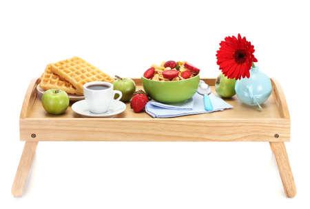 leggera colazione sul vassoio in legno isolato su bianco