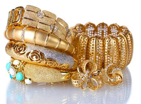 Bellissimi bracciali d'oro isolato su bianco Archivio Fotografico