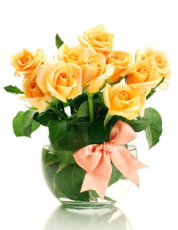 rosas amarillas: hermoso ramo de rosas en un florero transparente aislado en blanco Foto de archivo