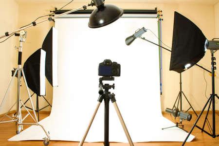 Estudio fotográfico vacío con equipos de iluminación