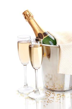 Bottiglia di Champagne in secchiello con ghiaccio e bicchieri di champagne, isolato su bianco