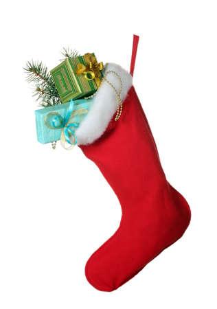 Weihnachten Socke mit Geschenken isoliert auf weiß