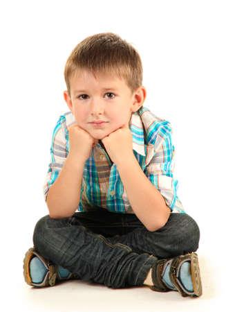 persona sentada: ni�o peque�o y gracioso con auriculares aislados en blanco Foto de archivo