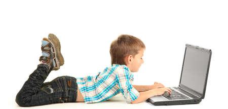lustige kleine Junge mit Laptop isoliert auf weiß