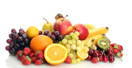 frutas exóticas y bayas aisladas en blanco