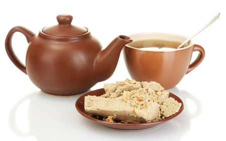confect: Teiera con tazza e piattino con dolce halva isolato su bianco