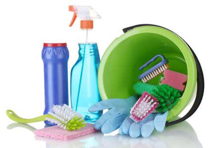 servicio domestico: Composici�n de los productos de limpieza con un cubo aislado en blanco Foto de archivo