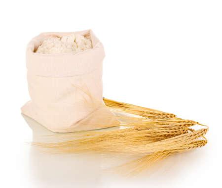 harina: De grano de harina y trigo aislado en blanco Foto de archivo
