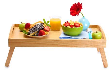 trays: licht ontbijt op houten dienblad op wit wordt geïsoleerd
