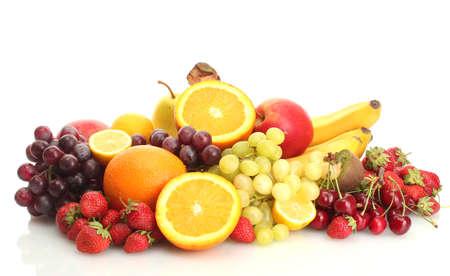 frutta esotica e frutti di bosco isolato su bianco