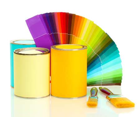 tin cans: blikken met verf, kwasten en heldere palette van kleuren geà ¯ soleerd op wit