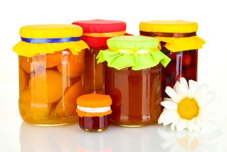 frutta sciroppata: Vasi con conserve di frutta isolato su bianco