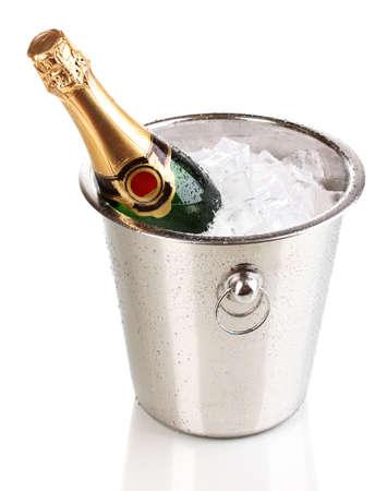 bouteille champagne: Bouteille de champagne dans un seau isol� sur blanc