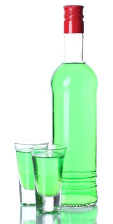 Verres et deux bouteilles d'absinthe isolé sur blanc Banque d'images - 14321010