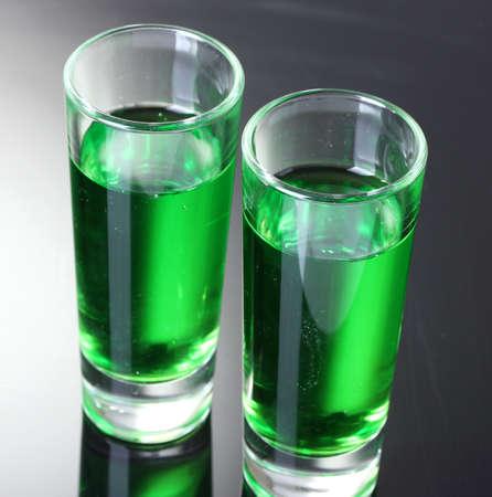 ajenjo: Dos vasos de ajenjo sobre fondo gris Foto de archivo