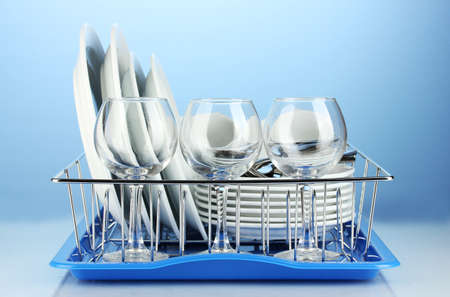 piatti puliti su piedistallo su sfondo blu