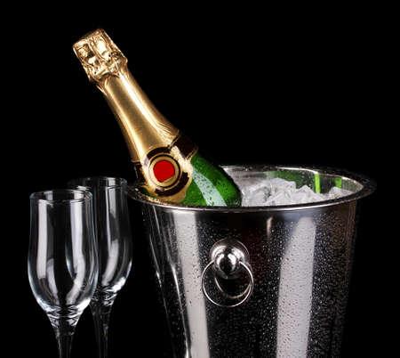 botella champagne: Botella de champán en un cubo aislado en negro