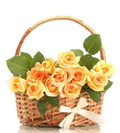 rosas naranjas: hermoso ramo de rosas en la cesta aislada en blanco Foto de archivo