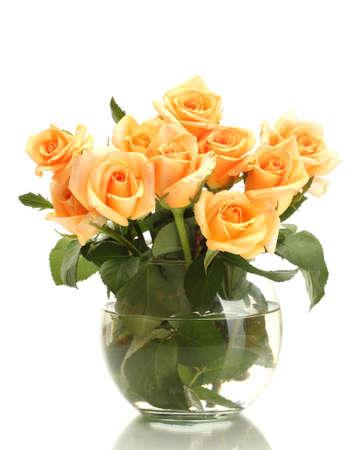rosas naranjas: hermoso ramo de rosas en florero transparente aislado en blanco Foto de archivo