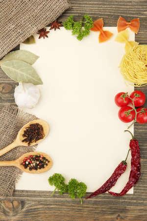 el papel de las verduras recetas, y las especias en la mesa de madera