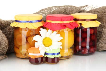 frutta sciroppata: Vaso con conserve di frutta su sfondo tela close-up