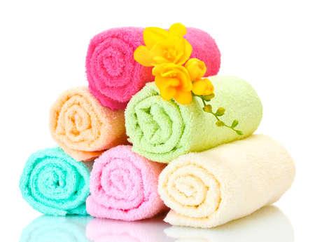 serviettes colorées et des fleurs isolé sur fond blanc