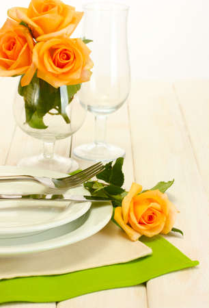 cubiertos de plata: hermoso d�a de fiesta ajuste de la tabla con las flores Foto de archivo