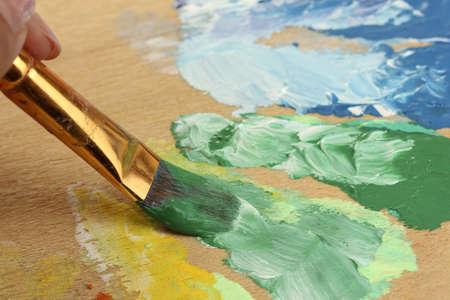 guache: Pintura aguada abstracto y pincel en la paleta de madera Foto de archivo