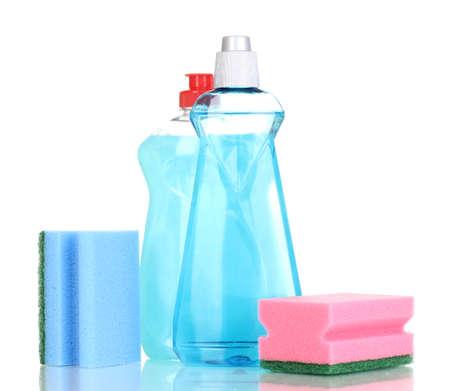lavar platos: L�quidos para lavar vajilla y esponja aislados en blanco Foto de archivo