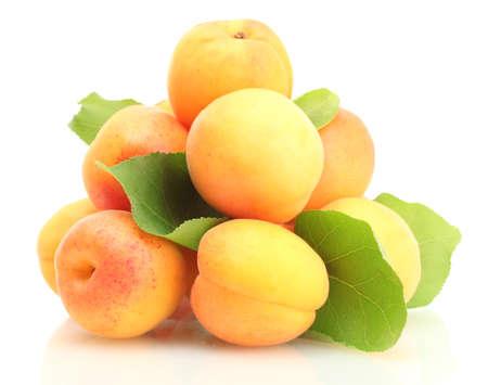 nutriments: albaricoques maduros con hojas verdes aisladas en blanco