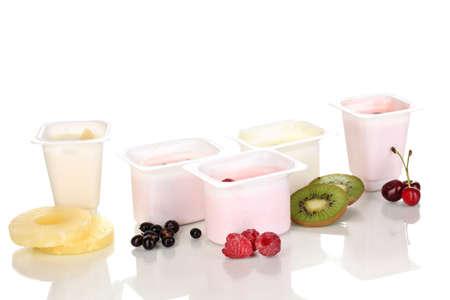 yaourts: Yaourt avec des fruits et des baies isol�es sur blanc Banque d'images