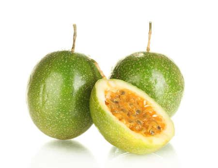 groene passievrucht geïsoleerd op witte achtergrond close-up