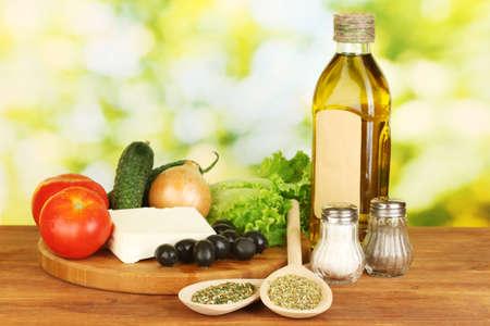 Ingrediënten voor een Griekse salade op groene achtergrond close-up