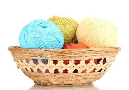 gomitoli di lana: Filati per maglieria nel carrello isolato su bianco Archivio Fotografico