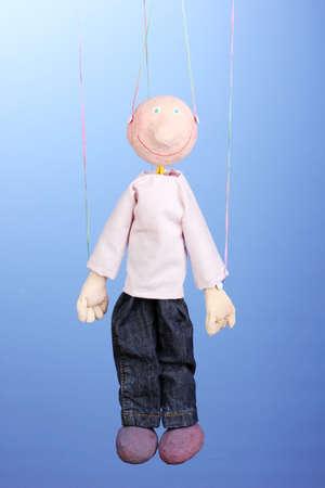 marioneta de madera: Marioneta de madera sobre fondo azul Foto de archivo