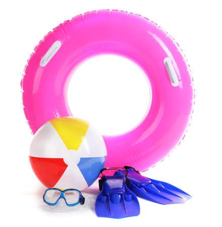 flippers: anillo de la vida, pelota inflable, aletas y m�scara aislados en blanco