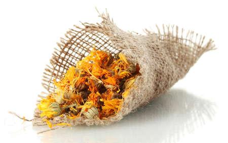 ringelblumen: getrocknete Ringelblumenbl�ten in Sackleinen, isoliert auf wei� Lizenzfreie Bilder