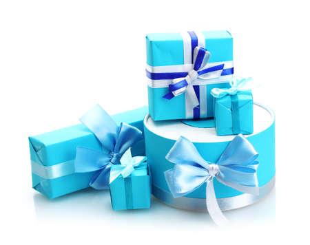 blauwe geschenken met bogen op wit wordt geïsoleerd