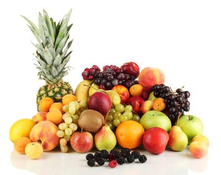 canasta de frutas: Bodeg�n de frutas aisladas sobre fondo blanco