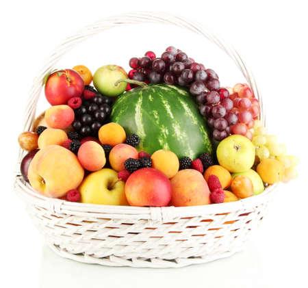 Nature morte de fruits dans le panier isolé sur blanc Banque d'images
